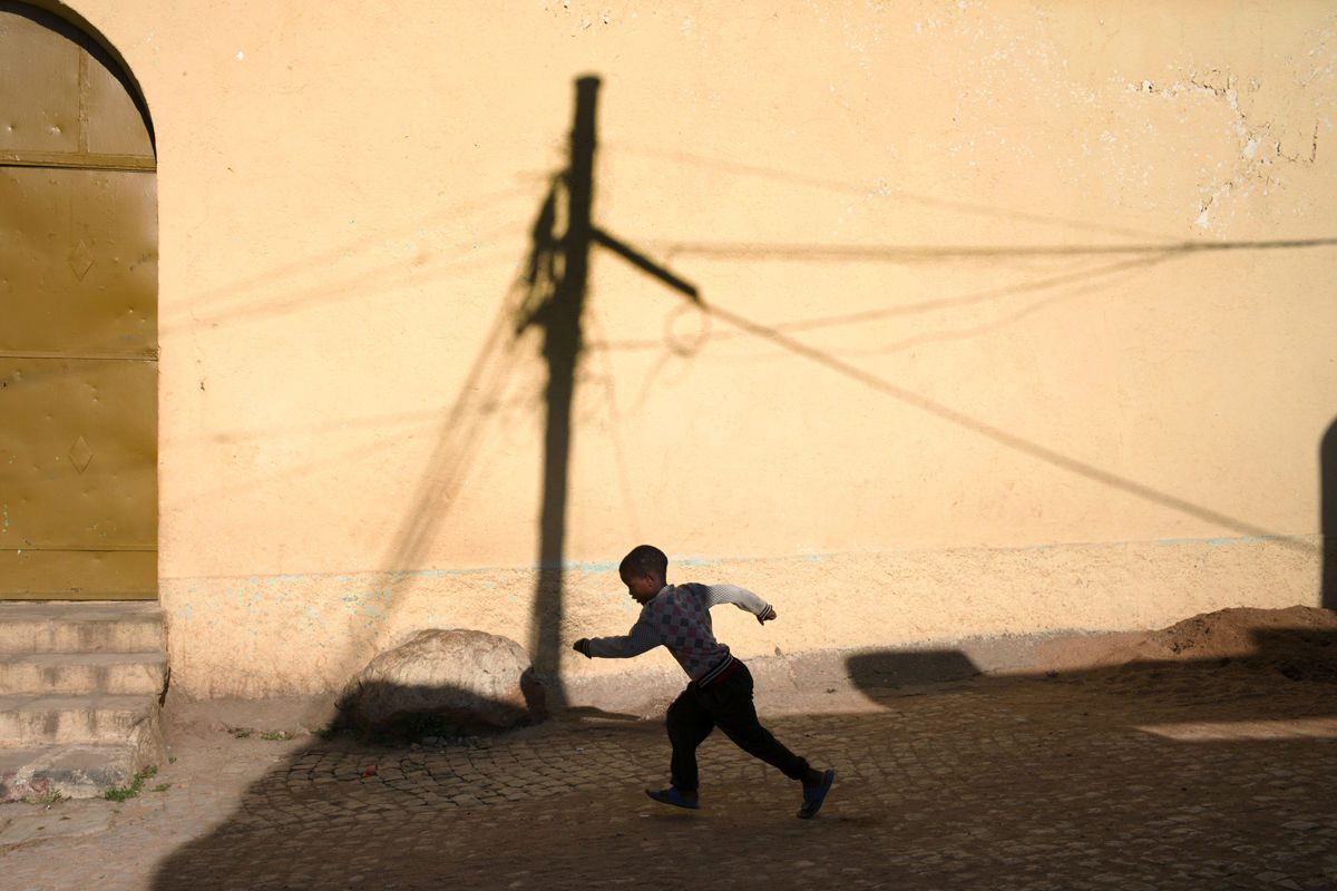 person running in Ethiopia Marika Poquet street photography
